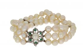 3-snoers parel armband aan 18 karaats gouden smaragd sluiting