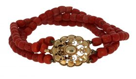 3-strengs bloedkoralen antieke armband aan 14 karaats gouden slot