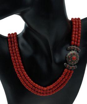 3-strengs bloedkoraal collier aan grote zilveren sluiting