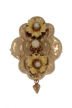 Antieke 14 karaats gouden bloembroche met 3 parels