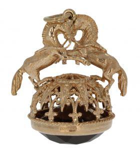 Gouden cachet met bekroning van paarden en facetgeslepen topaas
