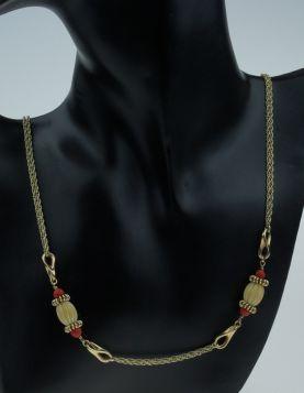 14 karaats gouden gevlochten ketting met bloedkoraal en benen kralen