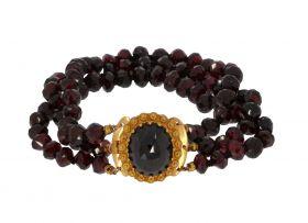 Granaten 3-strengs armband aan fraai 18 karaats gouden slot