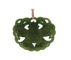 Grote handgestoken Jade hanger aan 14 karaats gouden oog