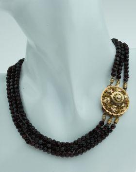 3-snoers glasgranaten collier aan fraai antiek gouden sluiting