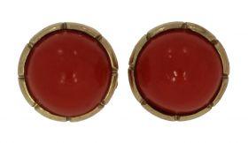 Fraai set 14 karaats gouden oorstekers met bloedkoraal