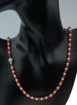 Bloedkoraal met parel collier aan zilveren sluiting