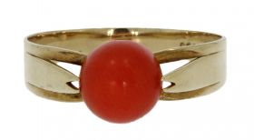 14 karaats gouden ring cabochon bloedkoraal in klassieke zetting