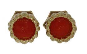 Fijne 14 karaats gouden oorstekers met bloedkoraal